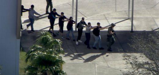 Jóvenes saliendo de la escuela con el resguardo de la policía