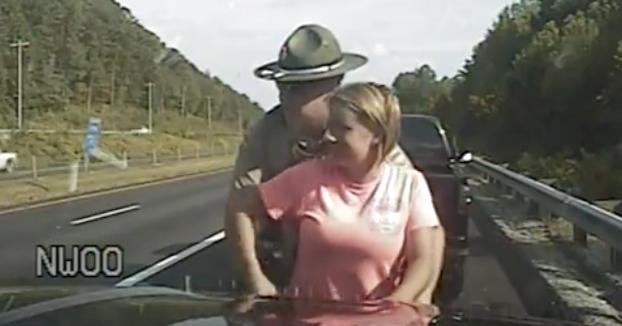 policia toca partes de mujer