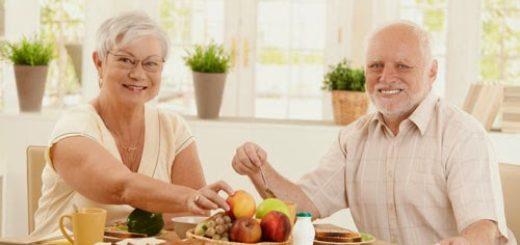 adultos mayores haciendo dieta