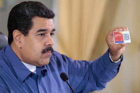 Maduro con el Carnet de la patria