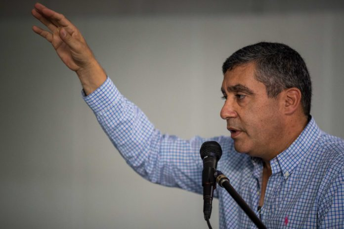 CAR03. CARACAS (VENEZUELA), 13/03/2018.- El exministro venezolano de Interior Miguel Rodríguez Torres habla durante una reunión del Movimiento Amplio Desafío de Todos hoy, martes 13 de marzo de 2018, en Caracas (Venezuela). Un grupo de funcionarios del Servicio Bolivariano de Inteligencia (Sebin) detuvo la tarde de hoy en Caracas al exministro de Interior Miguel Rodríguez Torres que ahora es crítico con el Gobierno de Nicolás Maduro, del cual formó parte. EFE/Miguel Gutiérrez